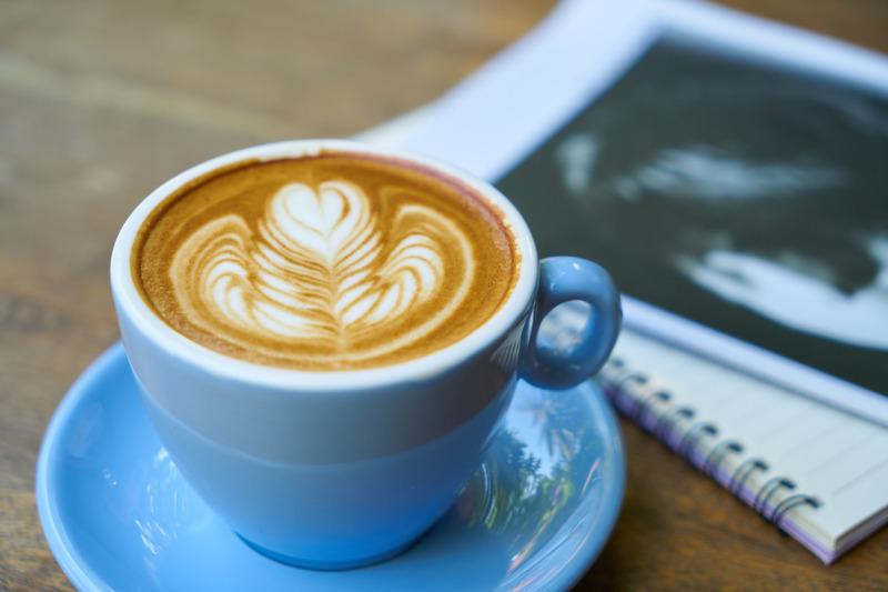 foto van magizine en koffie